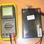 1)Подключить провода: шнур черного цвета в СОМ, шнур красного цвета в V;