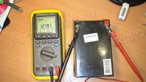 3)Подключиться к клеммам аккумулятора и произвести замер;