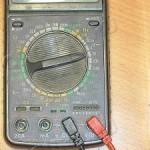 2)Подсоединить красный провод в V, а черный провод в COM;
