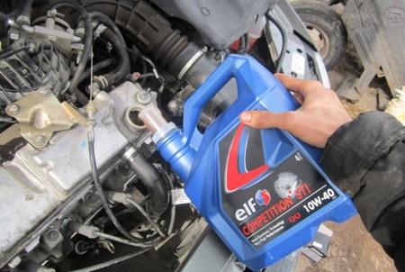 Заливаем новое масло в ВАЗ 2110