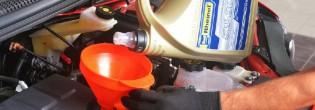 Как заливать масло в двигатель