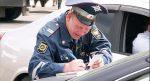 Усердный инспектор заполняет бумаги