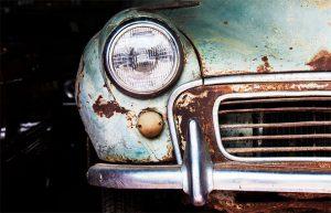 Утилизированный авто ржавеет в гараже